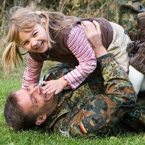 Soldat mit Kind gut versichert bei der Continentale